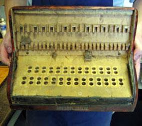 Réparation d'un clavier de piano d'accordéon